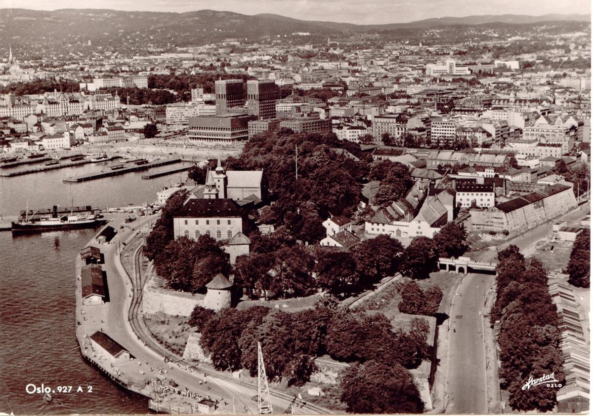 Fra Oslo havn, Vippetangen. Havnebanen i forgrunnen, Akeshus festning  i bakgrunnen.