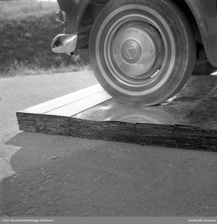 Isolerings AB WMB vid Bultgatan 8 i Nacksta industriområde visar upp färdigisolerade väggelement av aluminium. Bildserien demonstrerar produktens styrka och hållfasthet. Med på bilderna är bland andra direktör Fridolf Brunnzell.