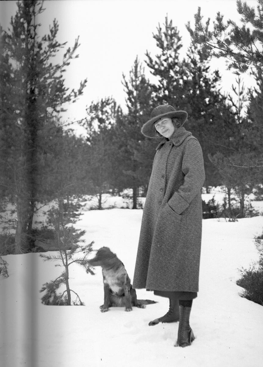 Kvinna med hund. Tidsomfånget är 1900 - 1940