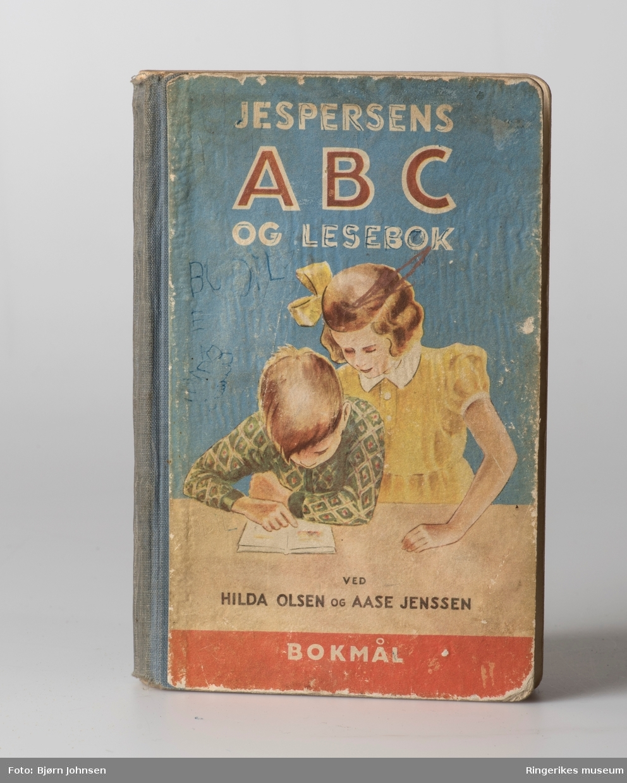 To lesebøker har bilder av barn, Nordal Rolfsens lesebok -1914, har en bred bord , den yngre utgaven - mann som skuer over et landskap