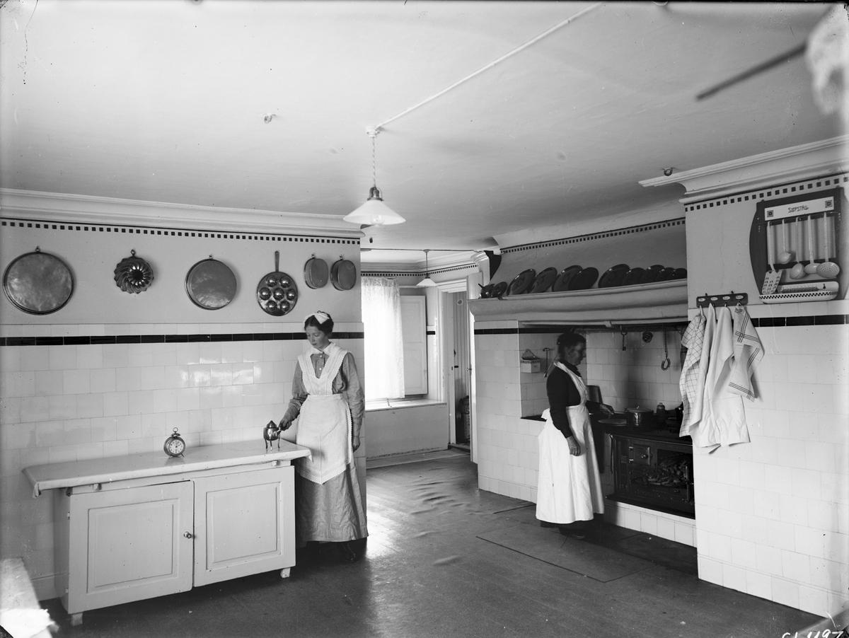 Tolvfors Bruk  Eric Söderhielm började bygga en herrgård 1756 och 1760-1761 byggdes flyglar för kök och brukskontor. Herrgården ombyggdes 1799-1801 till två våningar och vindsvåning.