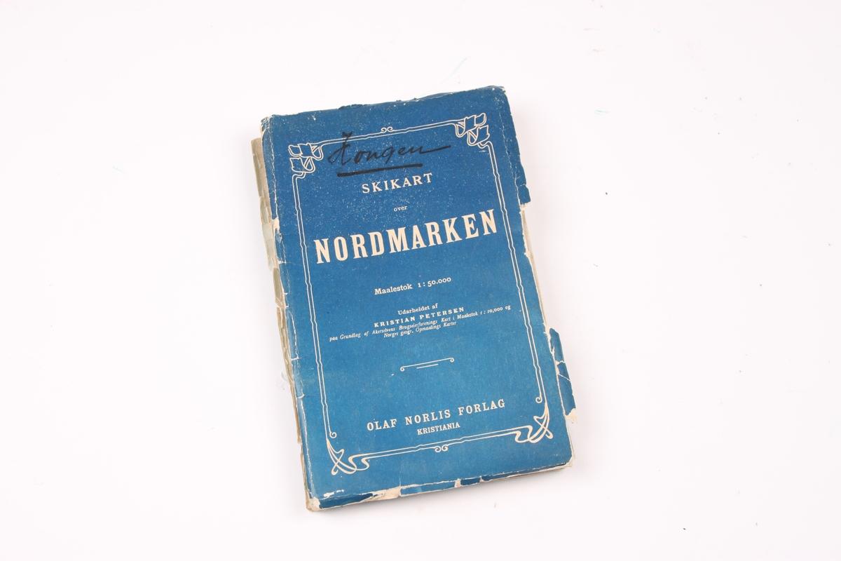 Skikart over Nordmarka i Oslo. Lille Sandungen er ca. midt på kartet. Kartet brettes sammen inn i et blått omslag. Kartinformasjonen er trykket i hvitt på omslaget.
