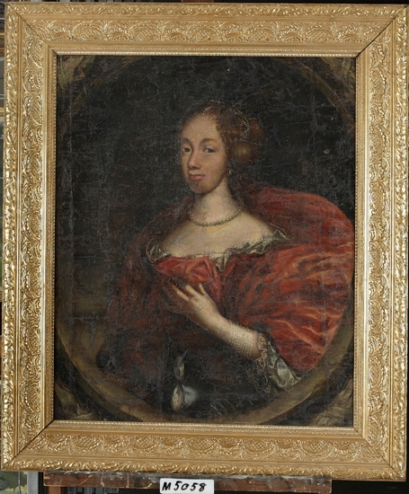 Oljemålning på duk.  Porträtt föreställande kvinna iklädd röd klänning, pärlband i håret, pärlhalsband runt halsen samt pärlarmband runt höger arm. Brun bakgrund inom delvis synlig oval av lager.