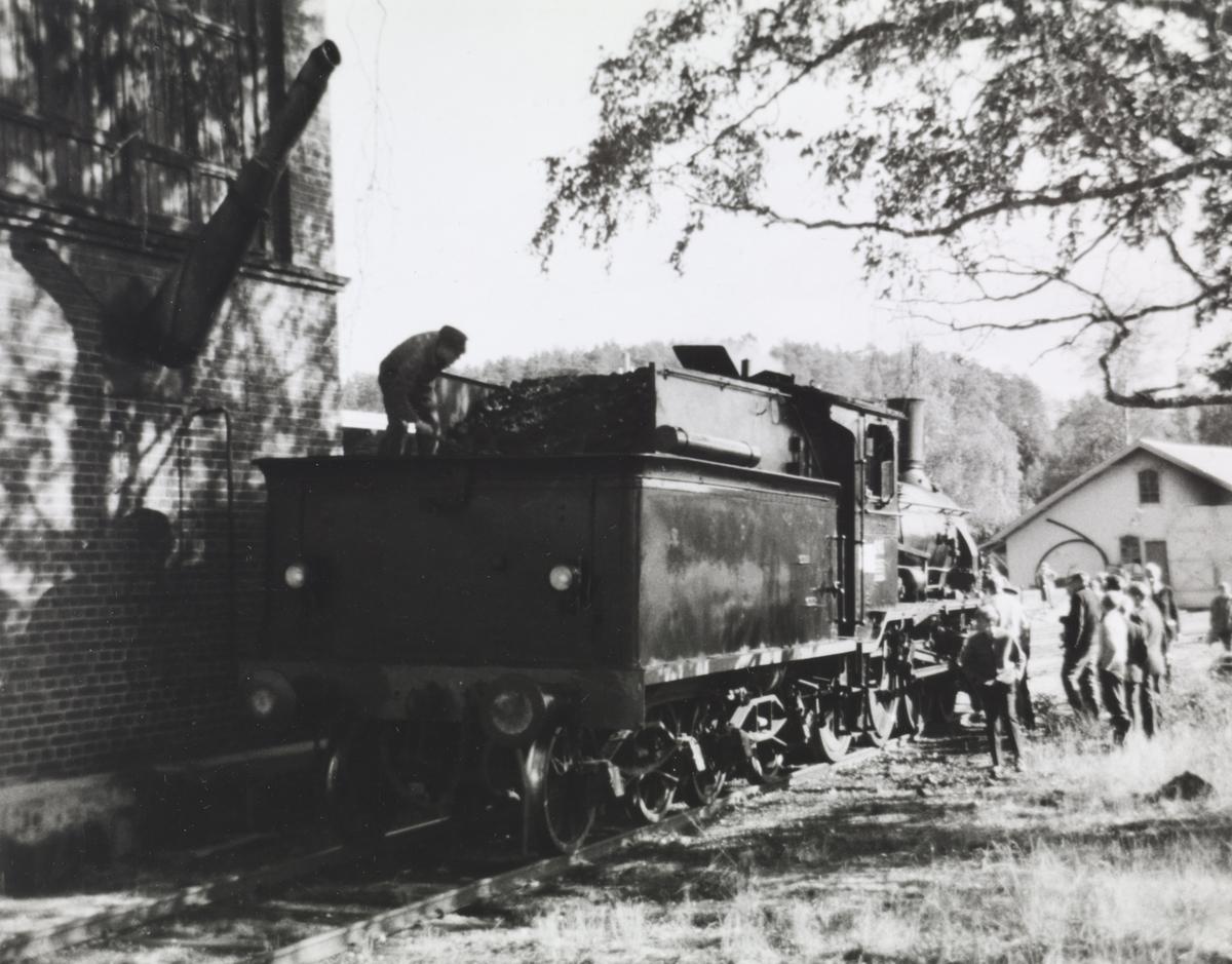 Damplokomotiv 18c nr. 245 ved vanntårnet på Krøderen stasjon. Lokomotivet ble benyttet i A/L Hølandsbanens veterantog