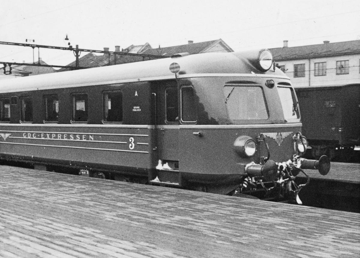Et togsett type Xoa, tilhørende Bergslagernas Järnvägs AB, på Oslo Østbanestasjon.  (Opprinnelig litra Xoa, senere Xoa8, deretter X8). Togsettene var noenlunde tilsvarende SJ sine X5, men hadde restaurantvogn i tillegg.