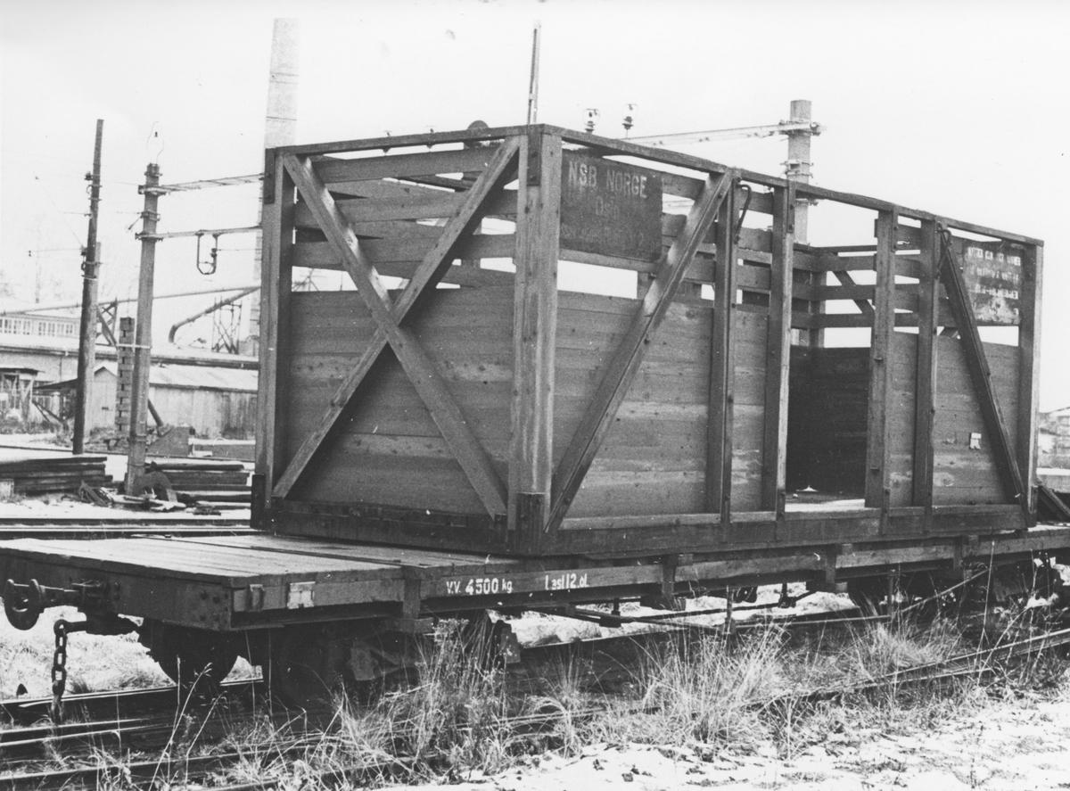 Museumsbanen Urskog-Hølandsbanens godsvogn To 1 med løftekasse 204 på Sørumsand Verksteds område på Sørumsand stasjon.