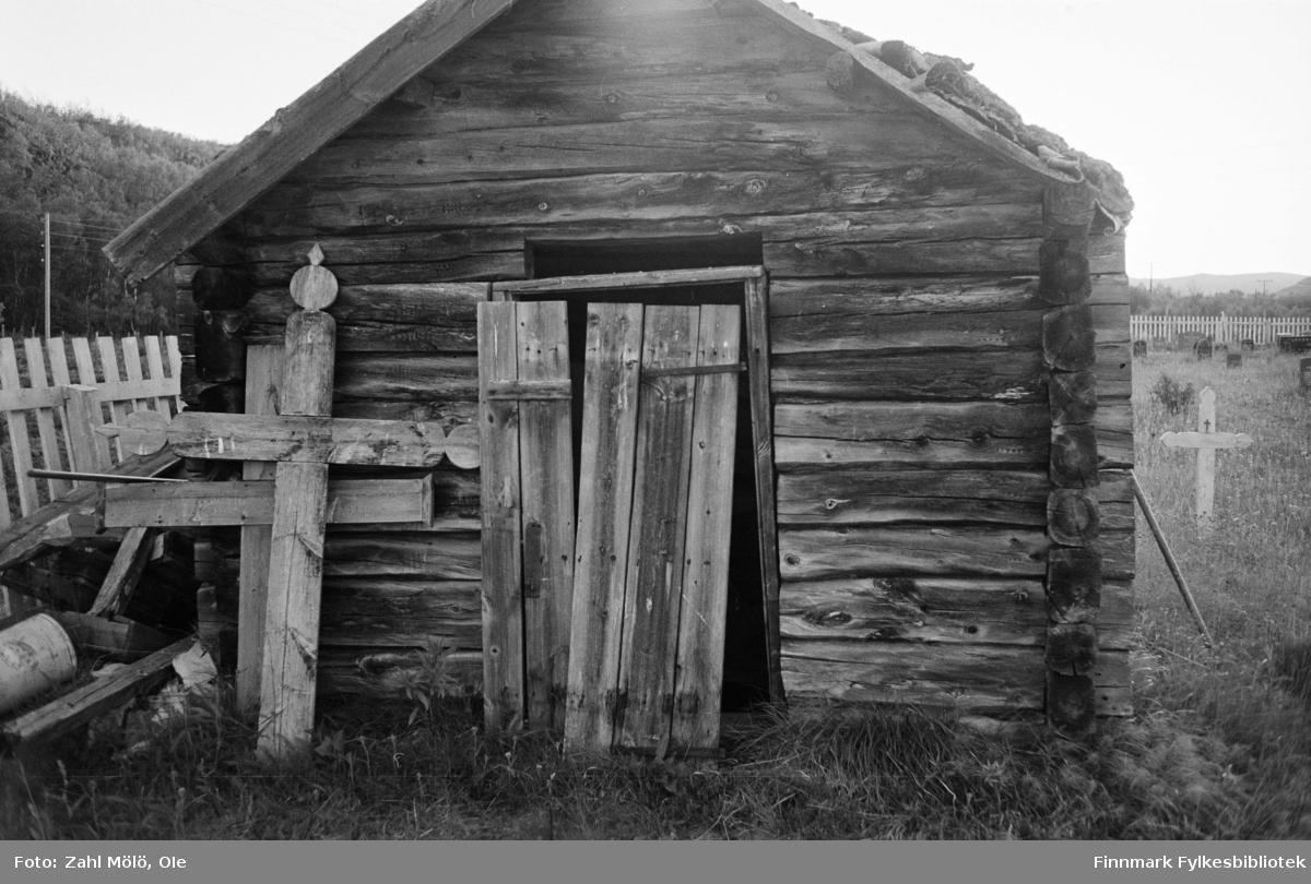 April 1968. Polmak. Trekors og laftet hus på kirkegård, fotografert av Ole Zahl Mölö.