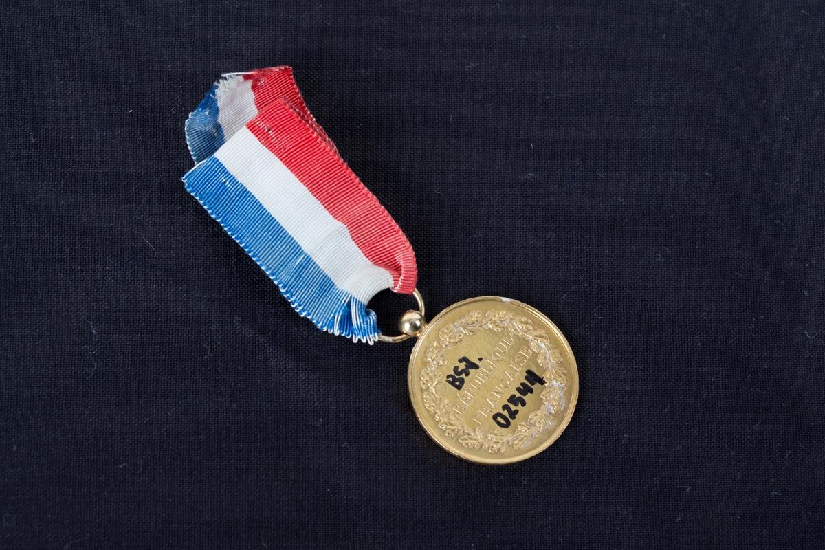Redningsmedalje gitt til bark LUDVIG HOLBERG for redning av mannskap på franske MARENGO i 1871. Krans med tekst på forside
