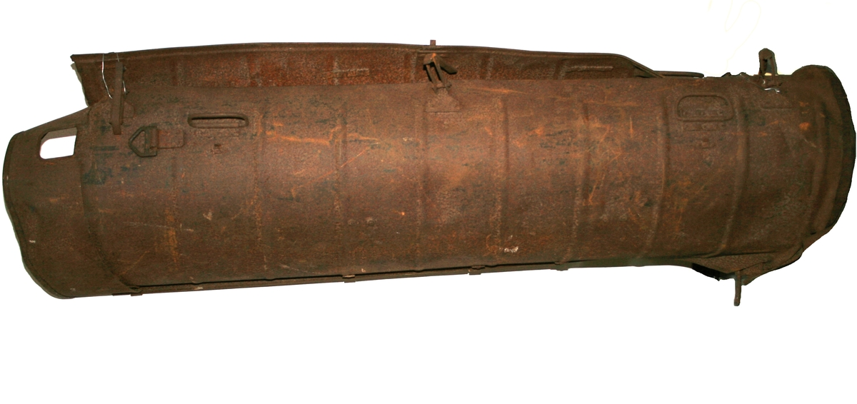 Kontainer. Laget av valsede jernplater, klinket sammen. I to halvdeler, med lukkemekanisme.