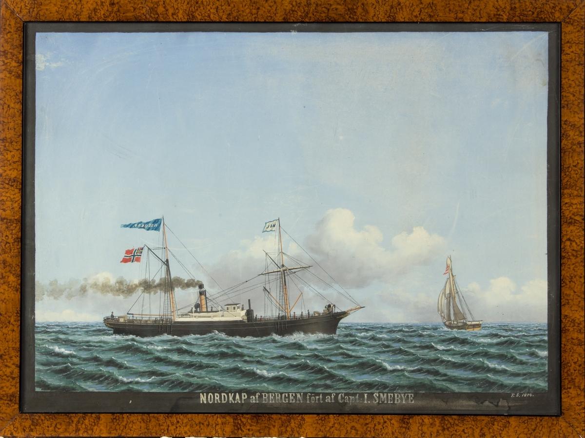 DS NORDKAP på åpen sjø. Utstyrt med rigg og skorstein. I bakre mast vimpel med skipets navn samt norsk flagg med norsk-svensk unionsflagg. I fremre mast rederimerke HJL, hvitt flagg med blå rand og blå bokstaver.