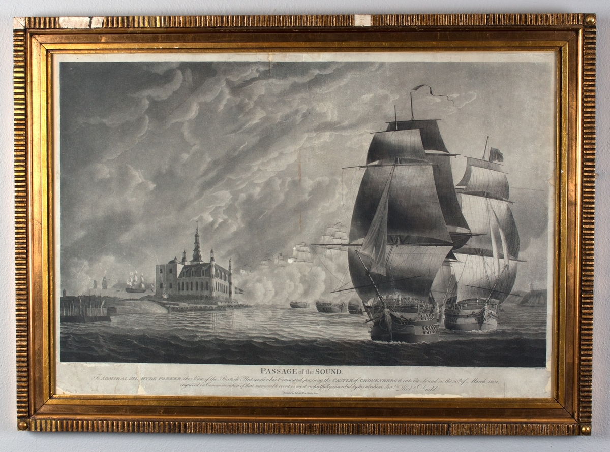 Angrepet på Københavns red. Den britiske flåten passerer Øresund. Til venstre i motivet ligger Kronborg Slott ved Helsingør. Til høyre i motivt to britiske orlogsskip med full seilføring.