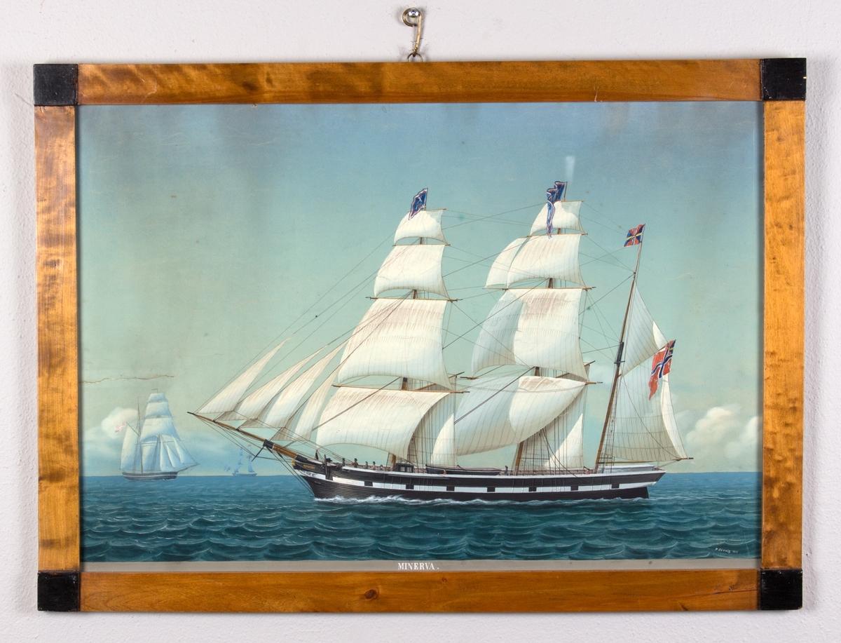 Bark Minerva fra Bergen på åpent hav, alle seil fullt braset, i bakgrunnen sees to mindre skip. I riggen flagg med X118 og navnevimpel. I akter norsk flagg med unionsmerke.