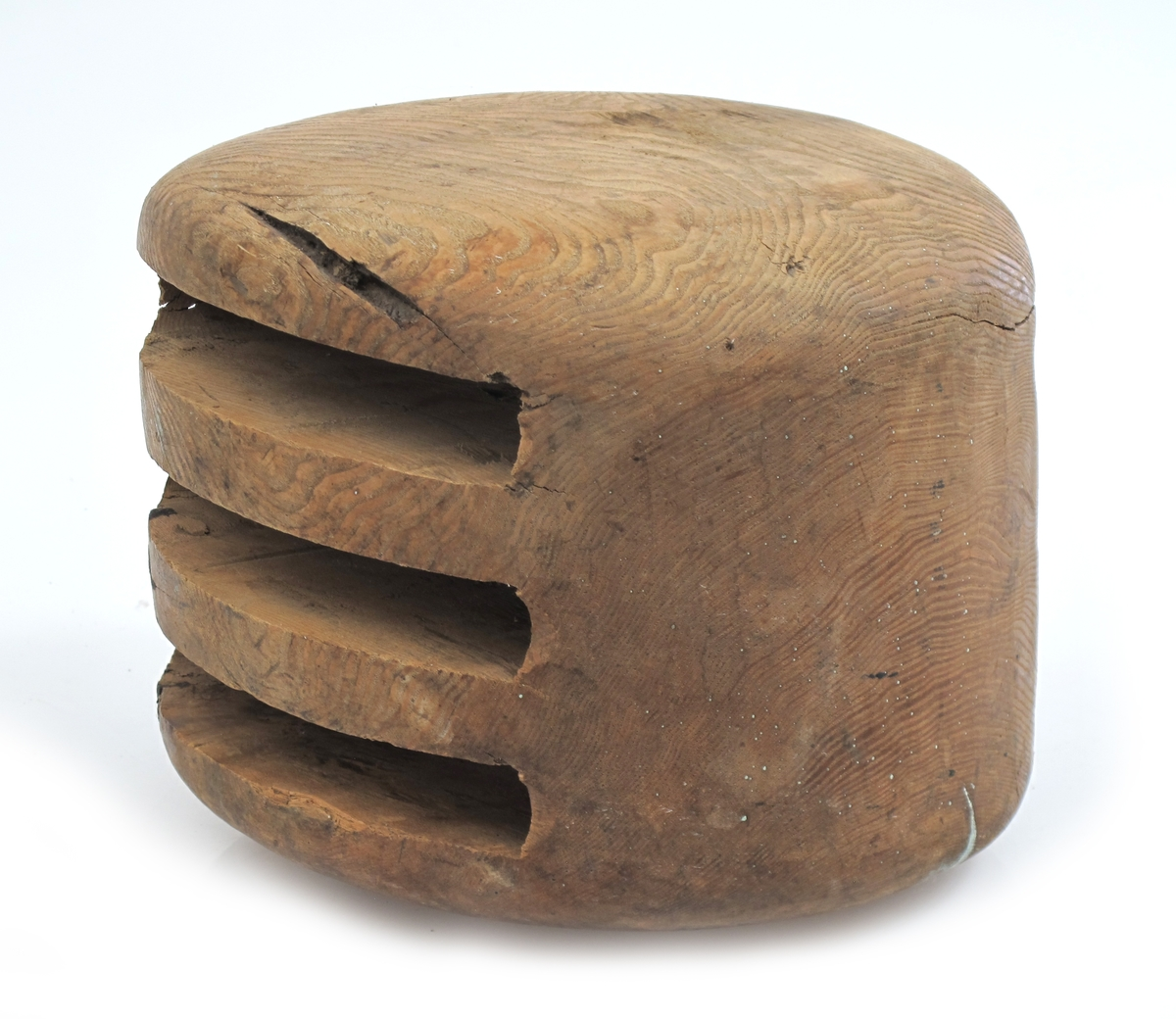Treskåret blokkhus, arbeidet av ett stykke ask. Uregelmessig overflate på den ene siden og blokkhuset er trolig underkjent pga dette.  En uferdig blokk, skiver og nagle mangler, skyliping til stropp mangler, og overflaten er ikke innsatt med olje eller maling.