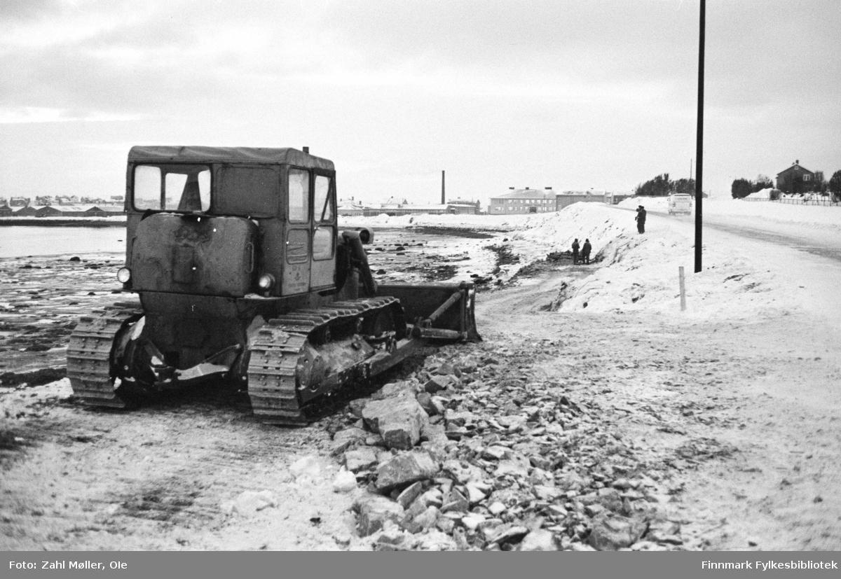 Serie bilder fotografert i Vadsø 1968-69. Anleggsarbeid langs en vei i Vadsø. Anleggsmaskiner.