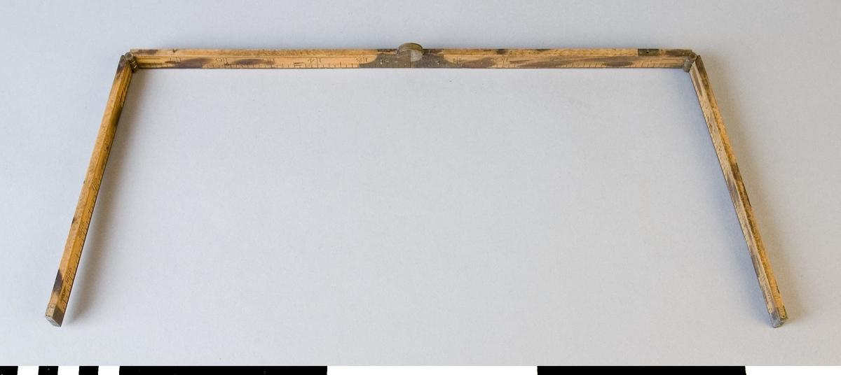 Tumstock av trä med mässingsbeslag. Tumstocken består av fyra delar. Mellan varje del finns ett gångjärn för att fälla ihop tumstocken. Mellan de två paren finns ett gångjärn som fäller ihop delarna så att de ligger bredvid varandra. De andra två gångjärnen gör att delarna ligger över varandra. Den ena sidan är graderad med centimeter och tum och texten NYA, den andra med tum och texten GAMLA. Tumstocken är stämplad med firmamärke J. RABONE & SONS, BIRMINGHAM samt IMPORT. Tummåtten stämmer ej överens med tummått på en modern tumstock. Tummåttet på sidan märkt NYA är längre och det andra på sidan märkt GAMLA är något mindre än på den moderna tumstocken.  Funktion: Hopfällbar mätsticka