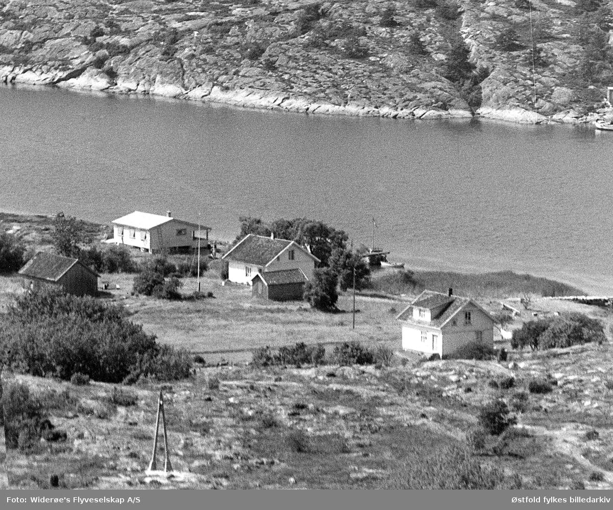 Flyfoto av gårdene på Rød, Asmaløy, Hvaler, 21. juli 1957.