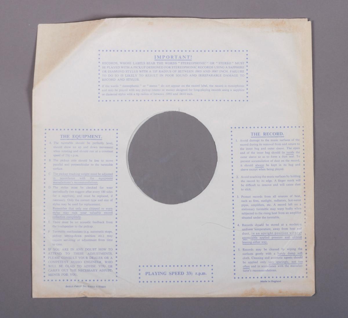 Grammofonplate i svart vinyl og plateomslag i papp. Teksthefte av papir. Plata ligger i en papirlomme med plastfôr.