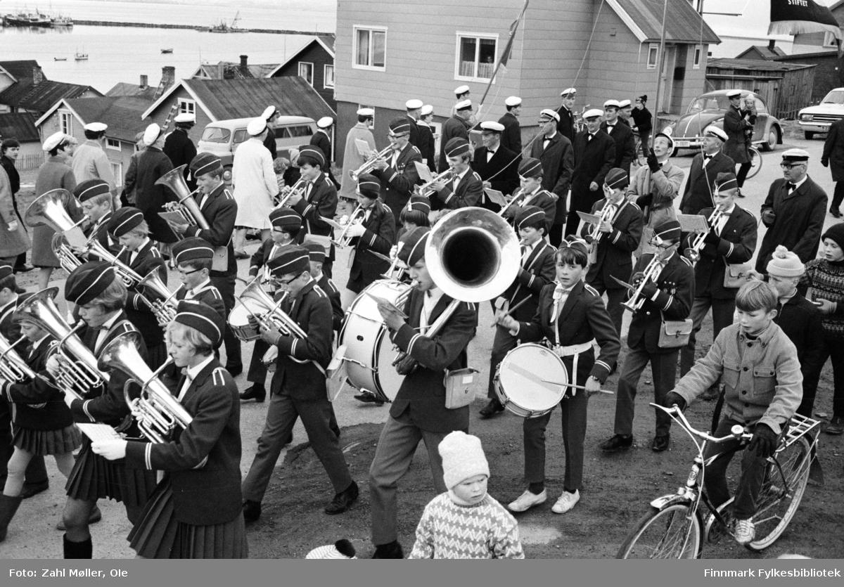 Vadsø 1968, Sangen og Musikkens Dag. Musikkorps går i prosesjon. Barna følger etter.