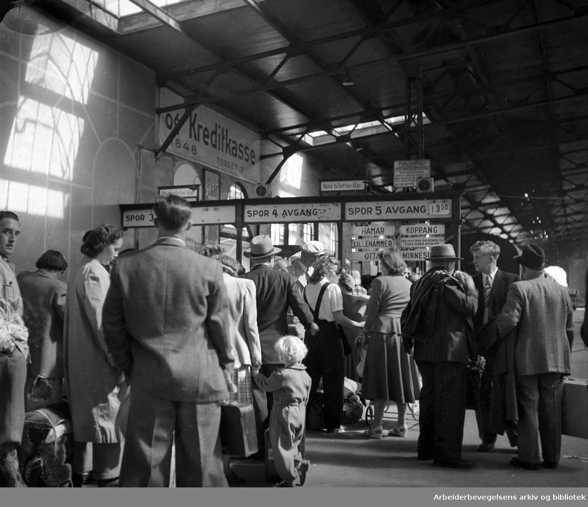 Stor trafikk på Oslo Østbanestasjon, august 1950