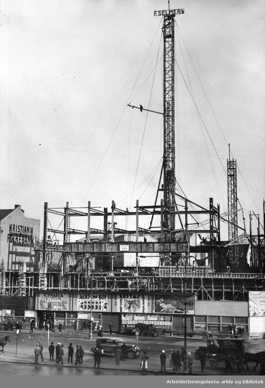 Folketeaterbygningen på Youngstorget under oppførelse, september 1933.