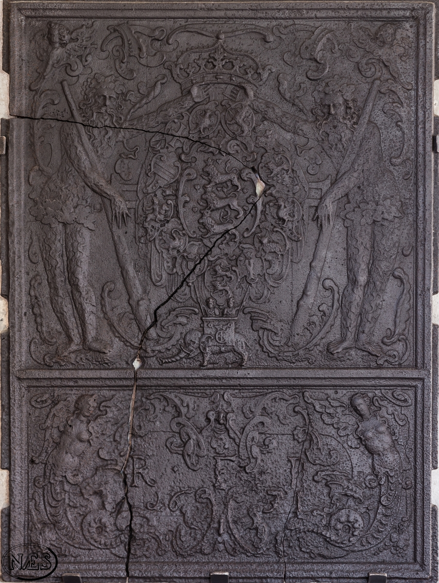 Ovnsplaten er delt inn i to felt. I det øverste feltet er det kronede riksvåpen flankert av villmenn med senkede køller og Elefantordenen. På elefanten C4- Christian den fjerde. I nedre felt står kongens valgspråk: R.F.P. Flankert av to mytologiske kvinnefigurer (sirene).
