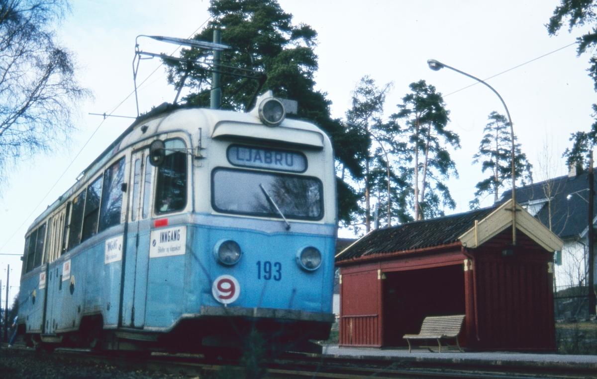 """""""Gullfisk"""" 193 ved Sørli holdeplass på rute 9 Lilleaker-Ekebergbanen."""