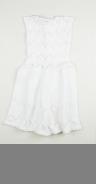 En vit ärmlös mönsterstickad klänning som knäpps med tre stycken knappar på vardera axel. Klänningen har en virkad uddformad dekorkant som löper runt ärmhålen.