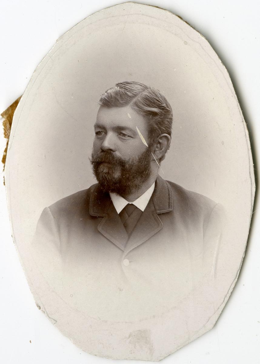 Porträtt av P. Jönsson vid Stockholms Tyg-, ammunitions- och gevärsförråd.