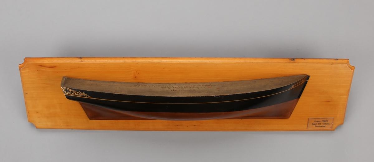 Halvmodell av galeas PRINCIP fra Uskedalen montert på treplate.