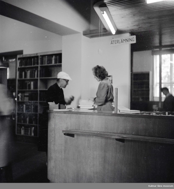 Besökare vid centralbiblioteket på Malmen i Kalmar.
