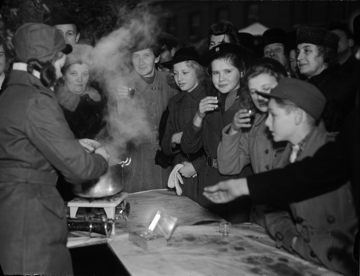 Lotta ur Uppsala lottakår serverar glögg på Lottornas Julmarknad på Fyristorg