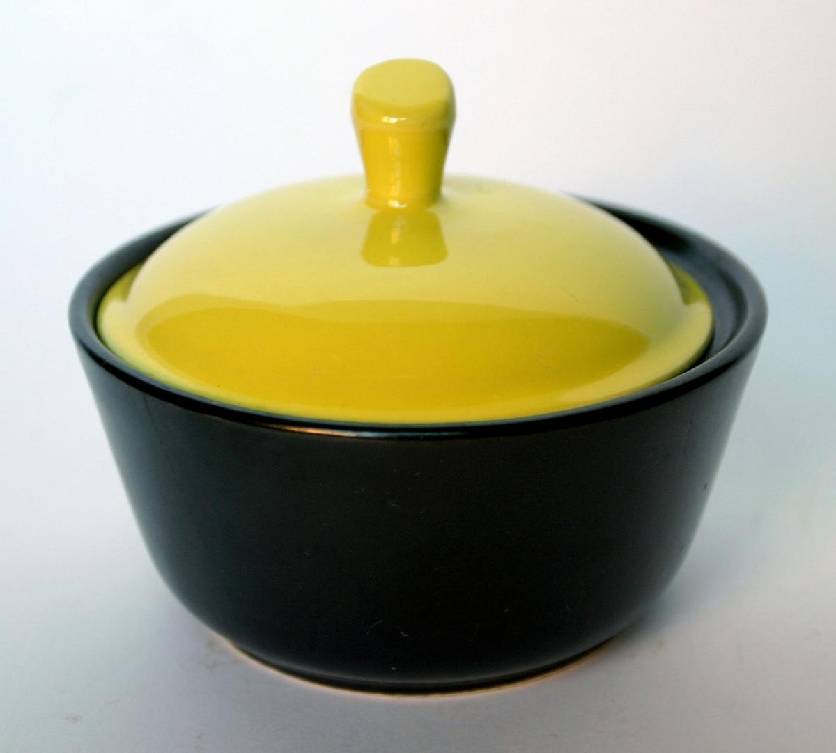 Gryta med lock, Bo Fajans, svart med gulglaserat lock.
