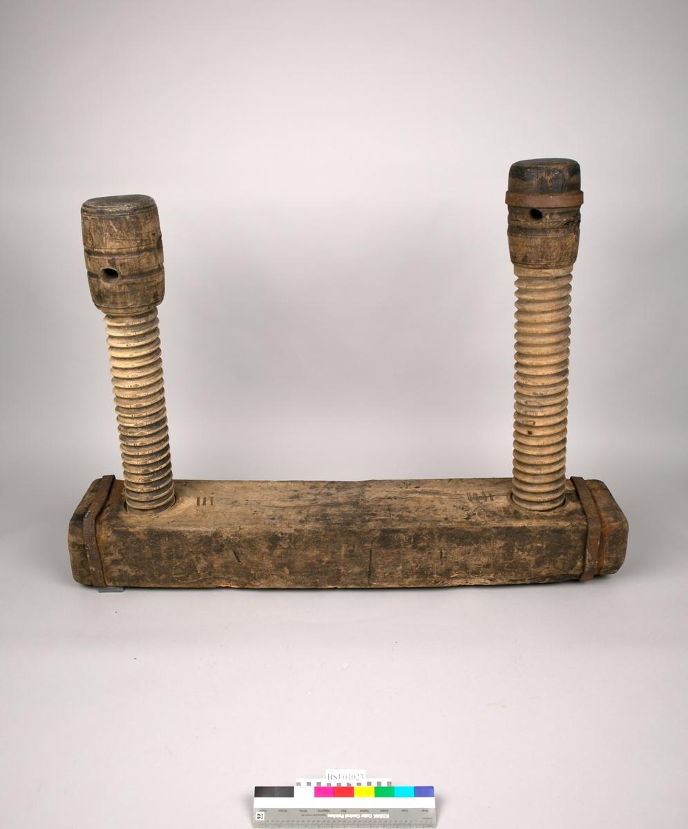 Donkraft av tre, i flere deler som settes sammen. Består av to dreide og gjengede skruer som går igjennom en kraftig plank/underligger med jernband rundt begge ender. Skruene har to hull og den ene skruen er beslått med jernband i enden.