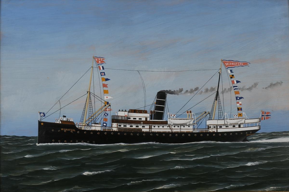 Skipsportrett av DS MIDNATSOL under fart med flagg akter samt signalflagg. Rederivimpel i formast samt vimpel med skipsnavn i bakre mast.