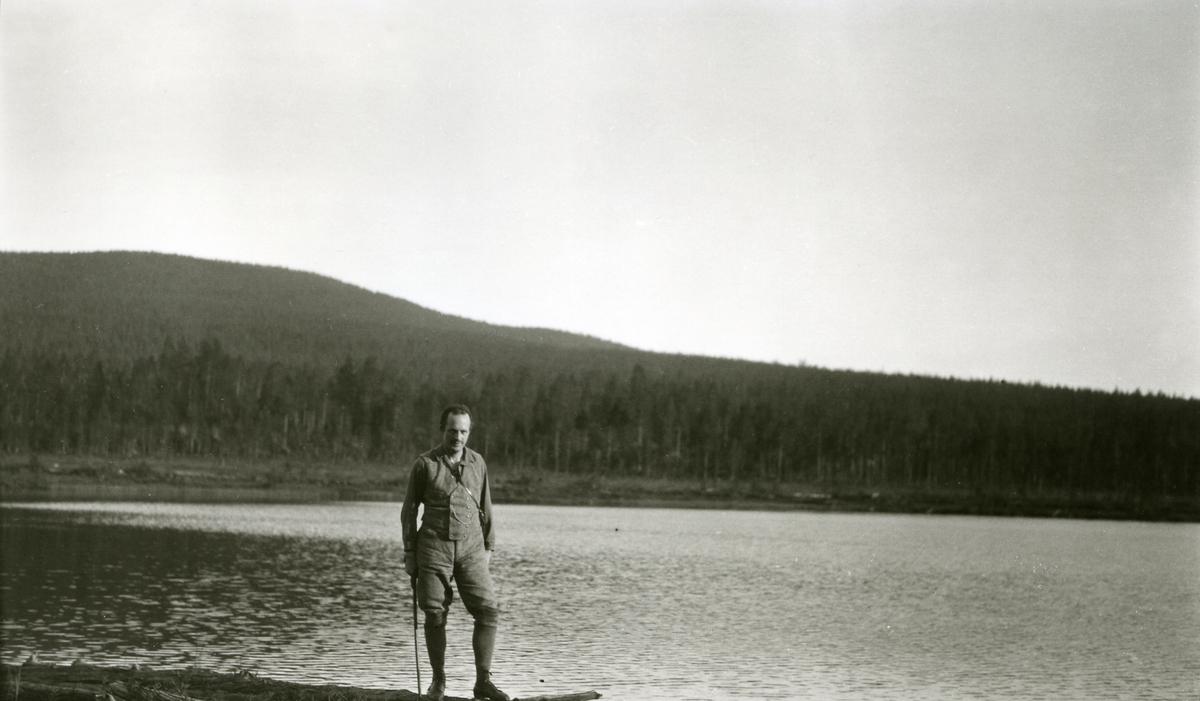 Haakon Garaasen (6/7 1887 - 1957) ved Flersjøen.