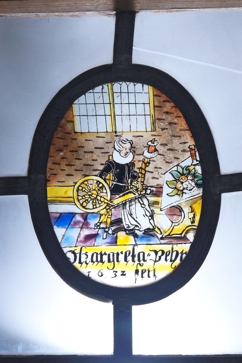 Kat.kort: Fönster, med tre målade glas: en man som skjuter mot en fågel i ett träd; en kvinna vid spinnrock; Kristi korsnedtagning. De ha följande text: Johan Pehrssen 1632; Margareta Pehrssen 1632; 1626. Målningarna (ovaler) äro 13,5x17cm. Från Nor, Storviks Hammarby, Ovansjö sn, urspr. i en gård i Stocksbo by, Ovansjö. Den förste nybyggaren i Stocksbo var Pehr Andersson; efter honom nämnes som ägare Johan Pehrsson, som sannolikt är P.A.s son. J.P. var gift 2ggr, andra ggn m. Marit Pehrsdotter, d. 1656.