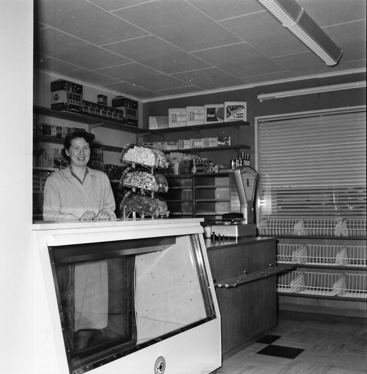 Affär som renoverats. Expeditens namn är Ann Marie Ström. Hässja augusti 1956.