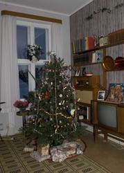 Serie med bilder av julepyntet stue i 1960-talls leiligheten