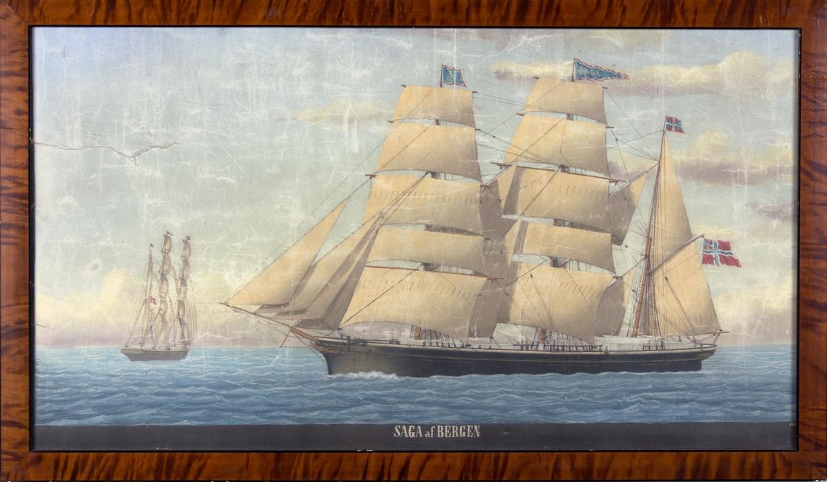 Skipsportrett av bark SAGA for fulle seil på åpent hav. Unionsflagg i mesanmasten samt flagg med kjenningsmerke X35 i fortoppen. Til venstre i motivet en bark sett fra akter.