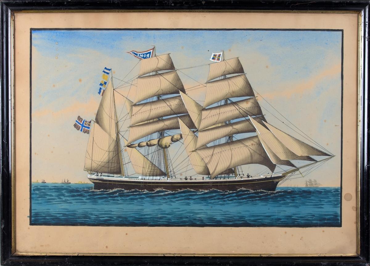 Skipsportrett av bark ROMA, ti mann på dekk. Flere andre fartøyer i horisonten, bylandskap til venstre i motivet. Navnevimpel, unionsmerke og signalflagg.