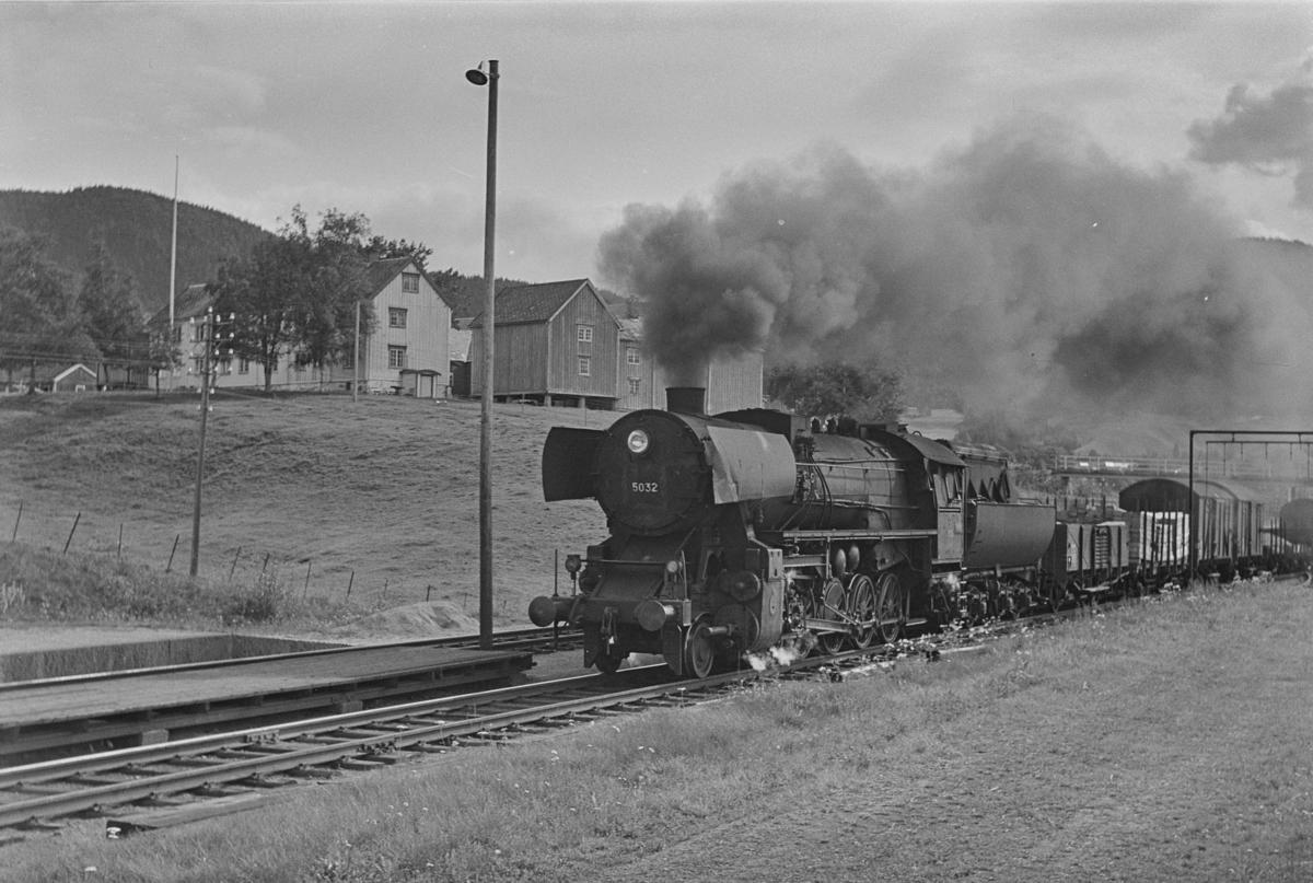 Godstog til Trondheim på Nypan stasjon. Toget trekkes av damplokomotiv type 63a nr. 5032