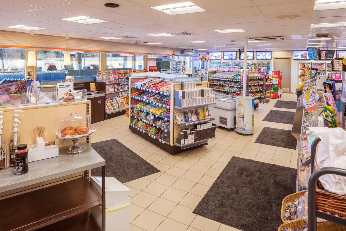 Statoil Dal. Oversiktsbilde butikk interiør med hylleseksjoner og varer.