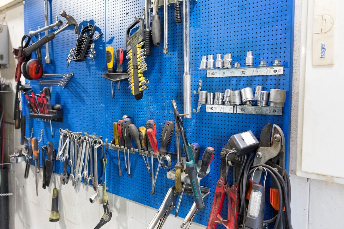 Statoil Nadderud. Tavle med verktøy.