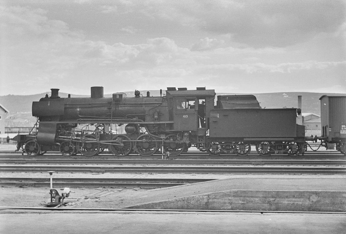 Damplokomotiv type 26c nr. 413 skifter på Røros stasjon.
