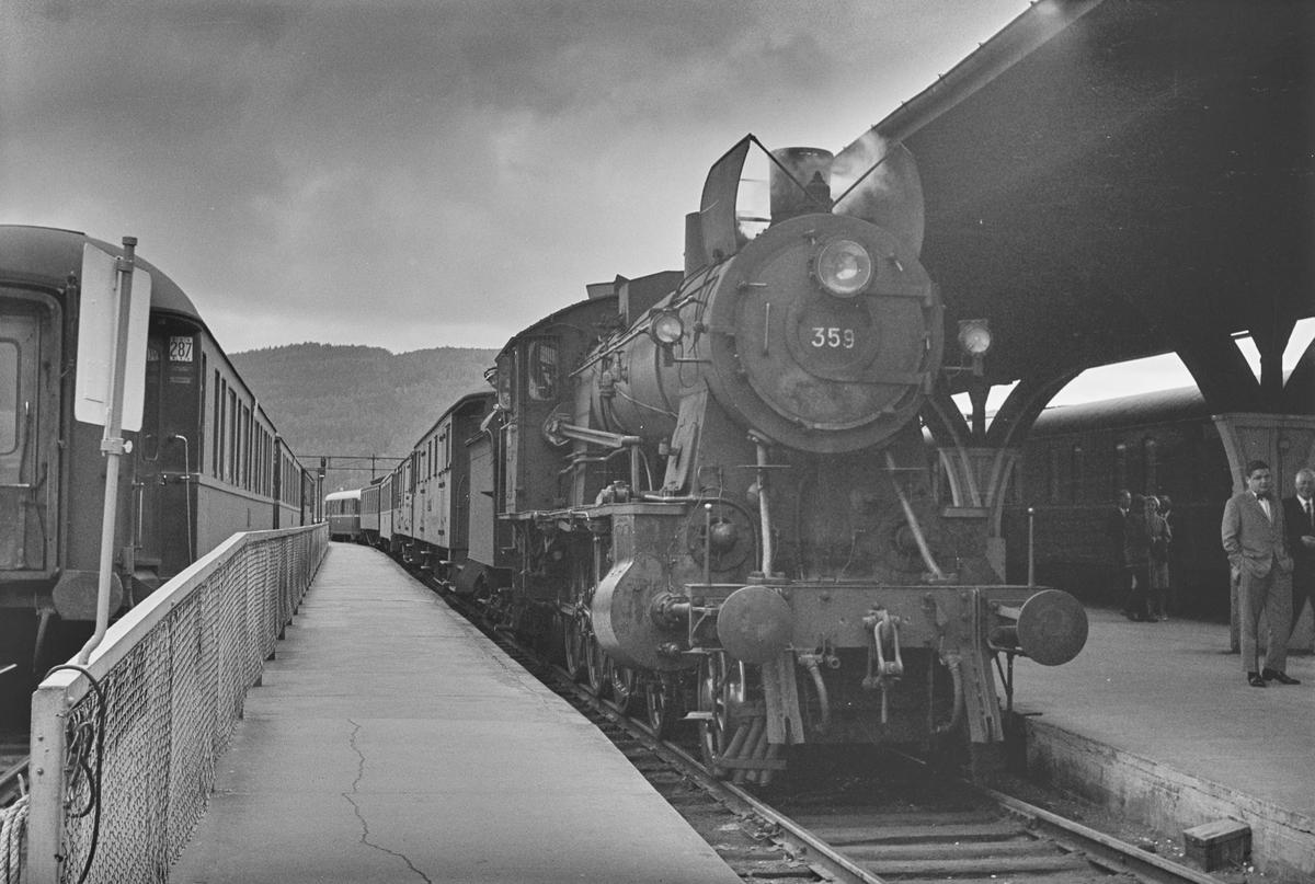 Dagtoget fra Oslo Ø til Trondheim over Røros, tog 301, har ankommet Trondheim stasjon. Toget trekkes av damplokomotiv type 30b nr. 359.