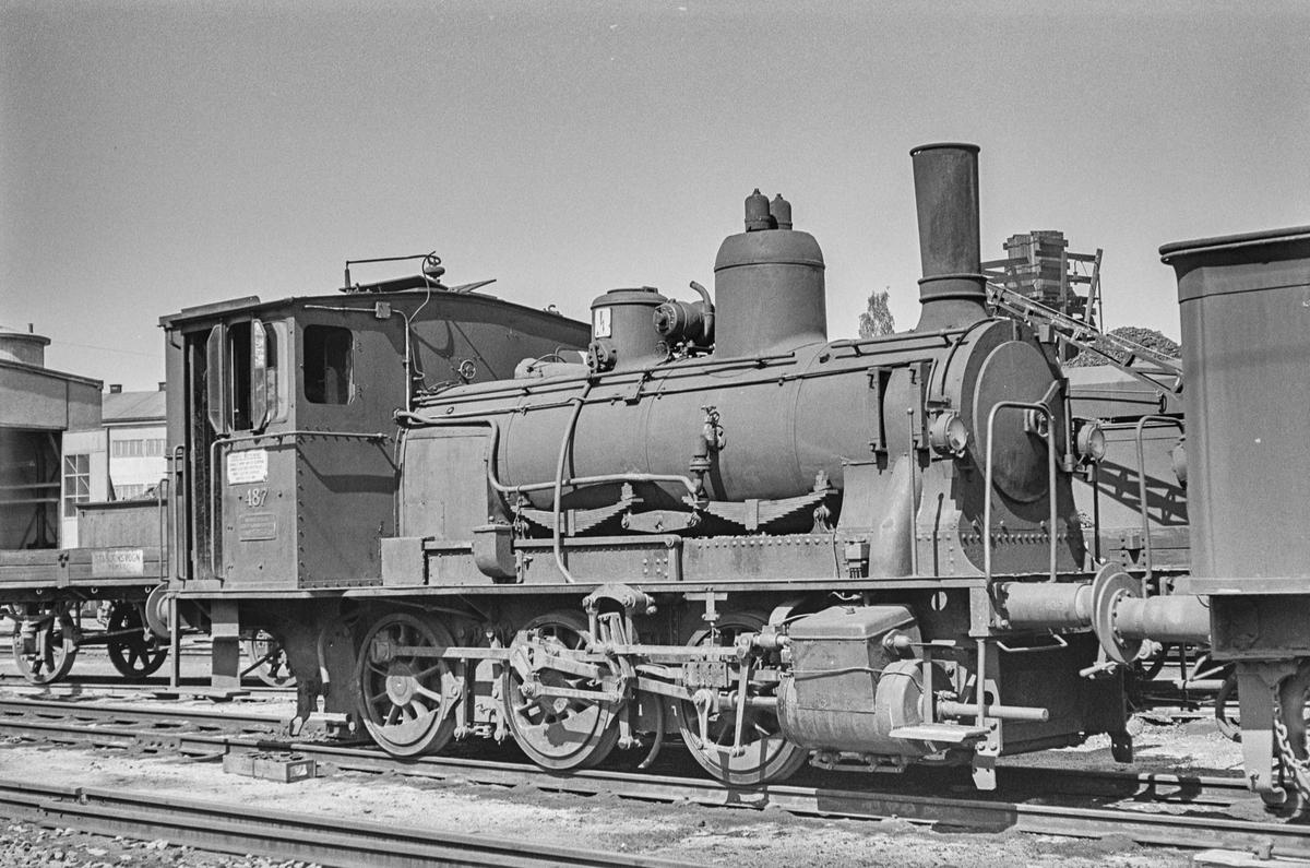 Hensatt damplokomotiv type 25e nr. 487 ved lokomotivstallen på Hamar stasjon.