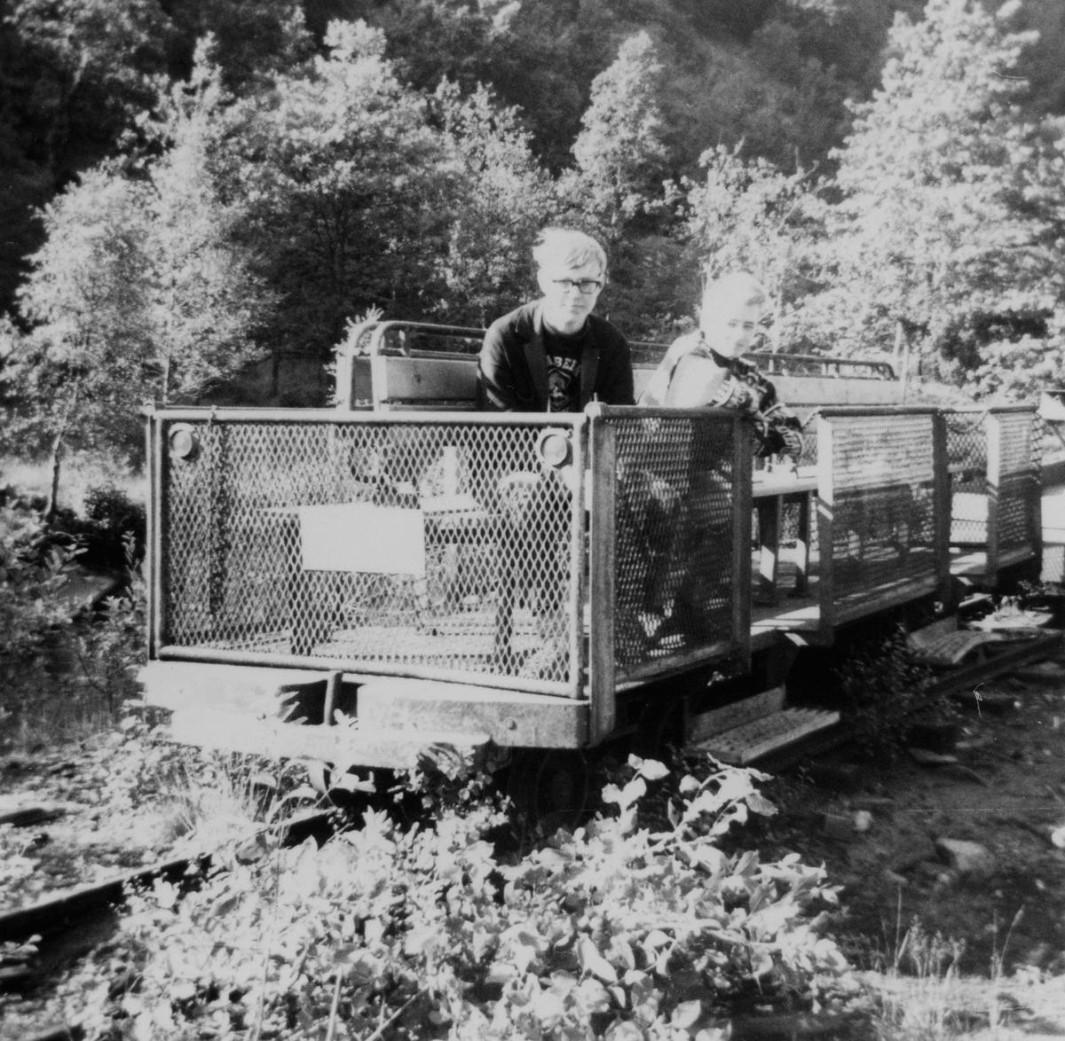 Transporttralle utstyrt med benker for persontransport på Rekefjordbanen.