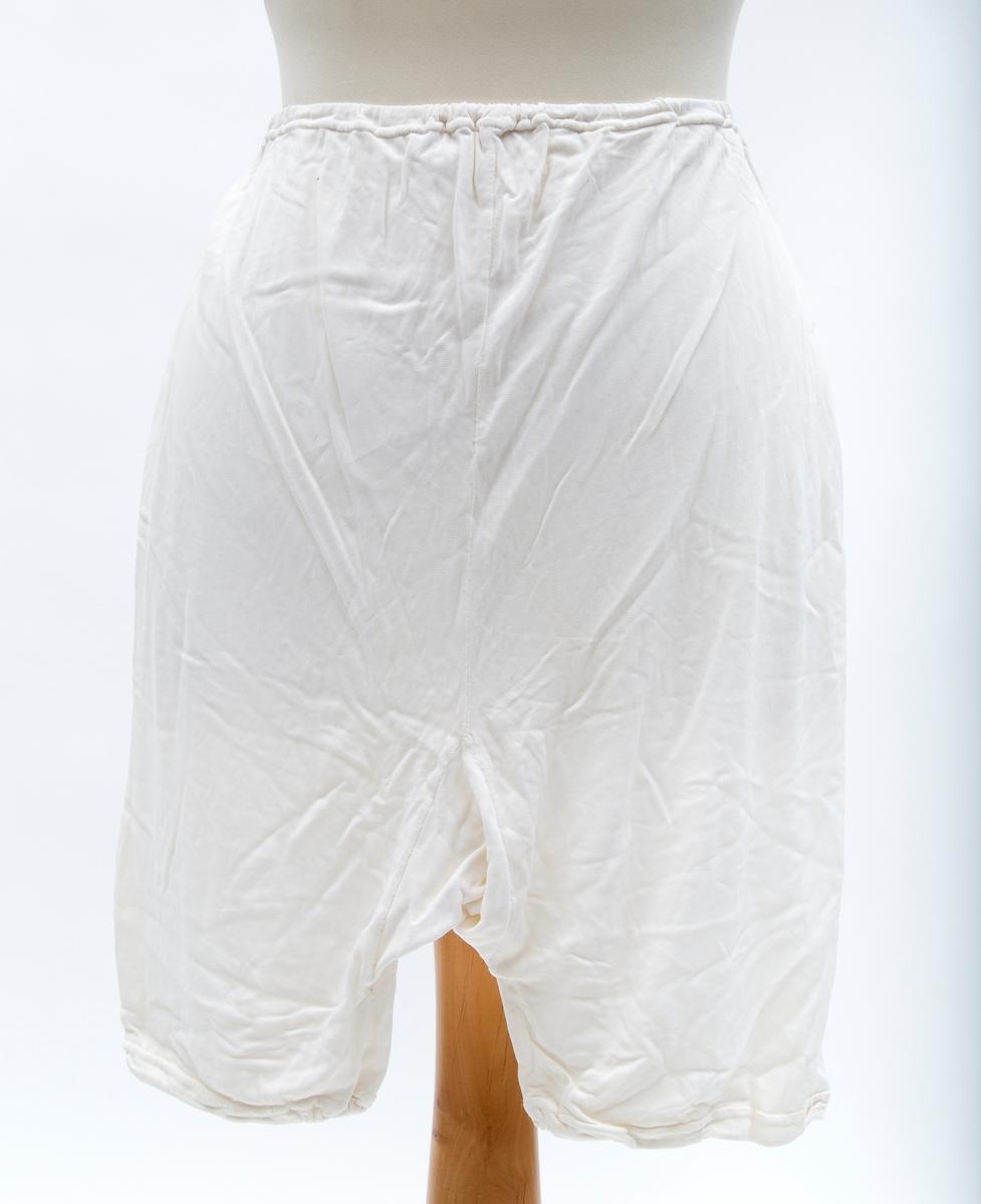 Dametruse med strikk i liv og ben. Høyt liv, benlengde 10 cm.