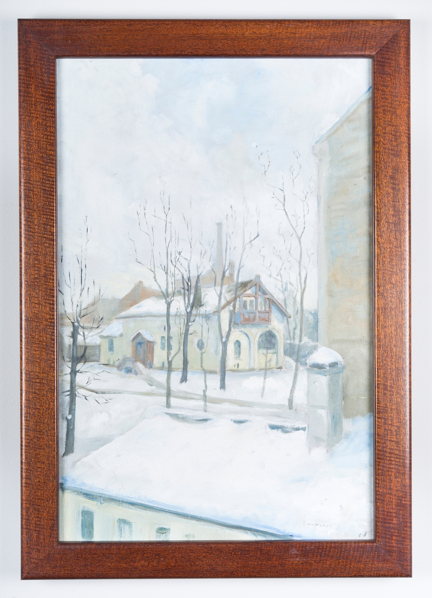 """Maleri, glass, brun treramme. Amundsens bardomshjem i Uranienborg, Oslo. Bildet viser en bybebyggelse med et gulagtig hus som hovedmotiv.  Familien Amundsen flyttet til Uranienborgveien 9 i Christiania bare noen måneder etter at Roald Amundsen ble født. I dag er huset revet, men maleriet som henger i stuen finnes ennå. Det er malt av Carl von Hanno , årstall ukjent.  """"En skvarell sign C. von Hanno visende barndomshjemmet i Uranienborgveien 9 i Oslo. Oprindelse ukjent."""" - Liste fra Gustav Amundsen 1934"""
