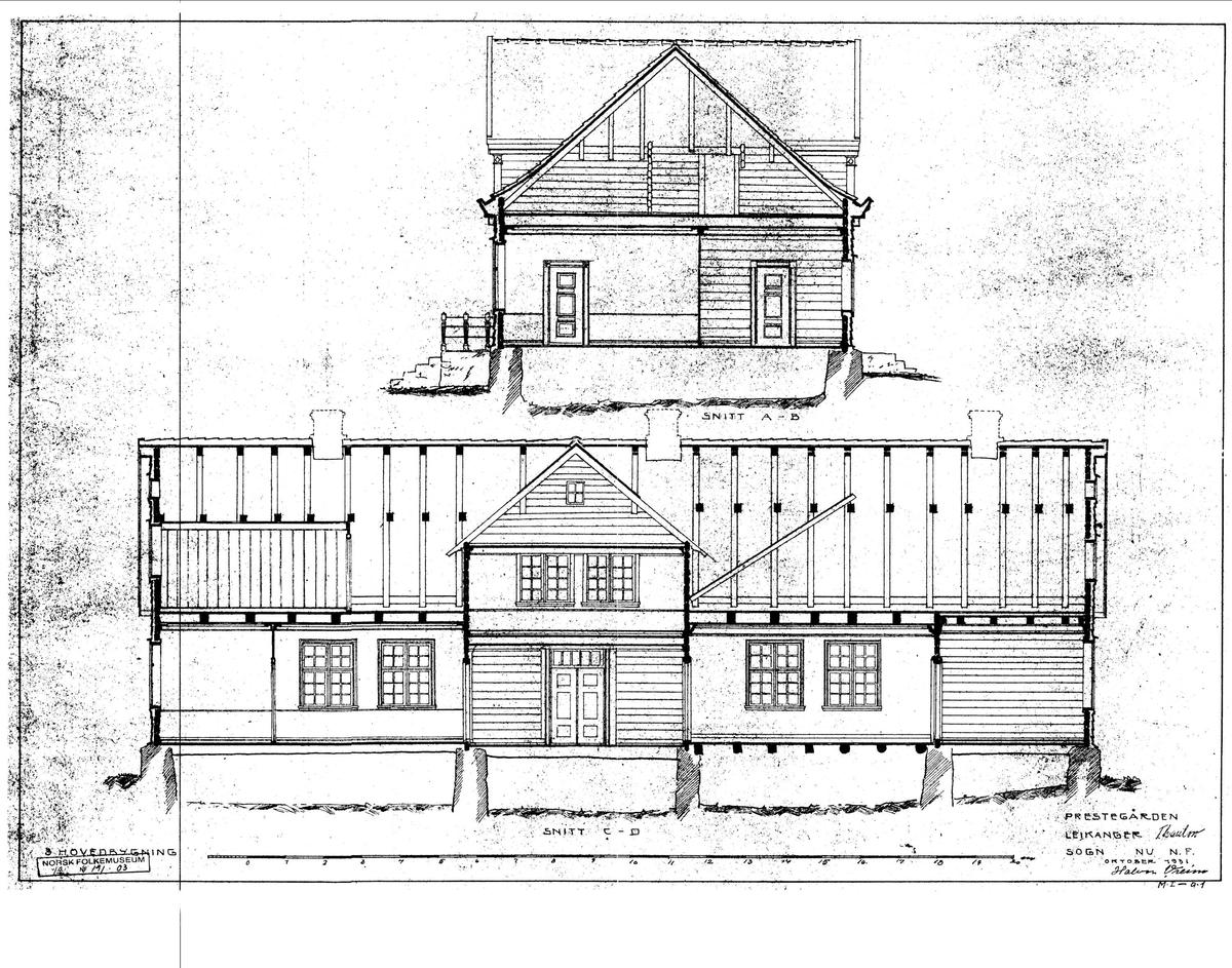 """1752 Huset ble bygd av presten Geelmuyden og utseendet er nokså uendret siden 1752, bortsett fra at vinduer og hovedportal er fornyet. Svaitakene er an takelig opprinnelige. Storstuen eller """"herrekammeret"""" utgjorde i sin tid hele østre del av huset. Herrekammeret var påbudt på prestegårder som losji for biskoper og andre fornemme reisende. Selve rommet var litt smalere enn bygningskroppen, den ble utfylt av en svalgang på baksiden. De største forandringene i huset skjedde i 1820-årene da den gamle storstuen ble delt i fire rom. Disse rommene har klassisistisk stilpreg i kontrast til rokokkoformene i rommene mot vest. Kjøkkenet kan gi en idé om den matkulturen som prestegårdene var bærere av.  Norsk folkemuseums guidebok,  1996"""